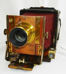 A very beautiful, well preserved, antique camera, which can't be missing in any collection!