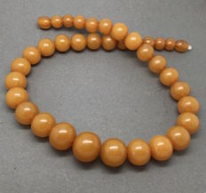 Vintage necklace of Baltic Amber in opaque butterscotch, 63.5 grams, Art Deco, Baltic region, no reserve