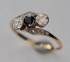 German Platinum and 14kt. gold ring with natural Sapphire, 10 diamond roses and 2 old cut brilliants approx. 0.40ct. total, circa 1910