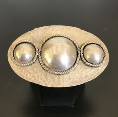 Impressive brooch with an industrial look, typical of the Art Deco period. In 925 hammered silver, handmade — No reserve price.