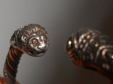 Bangle with two lion's heads
