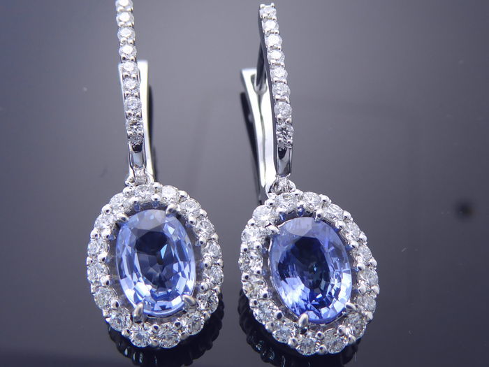 Earrings with sapphire 1.00 ct and  44 brilliant cut diamonds totaal 0.50 ct. - length of the earrings: 2,50 cm