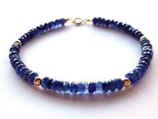 Bracelet made of faceted sapphire beads with 14 kt gold clasp and 14 kt divider beads - length: 20 cm