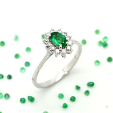 18 kt gold ring with emerald and brilliant cut diamonds totalling 0.69 ct – No Reserve