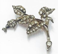 Gold and silver leaf-shaped vintage brooch set with diamonds for a total of 2.0 ct