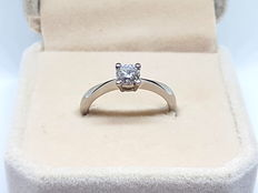 750/1000 white gold. White gold solitaire ring set with a central brilliant-cut diamond of 0.50 ct - Ring size: 14 (Spain).
