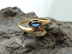 Ring in 18 kt gold with diamonds and sapphire. Internal diameter: 21.0 mm