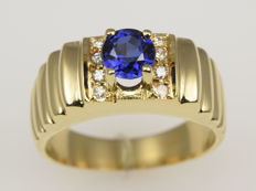 18 kt gold. Ring. Diamonds totalling 0.03 ct. Sapphire Size: 47 (diameter: 15 mm). No reserve.