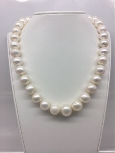 Necklace with white freshwater pearls arranged in order of increasing size with 18 kt gold clasp – 43.5 cm ***No reserve price***
