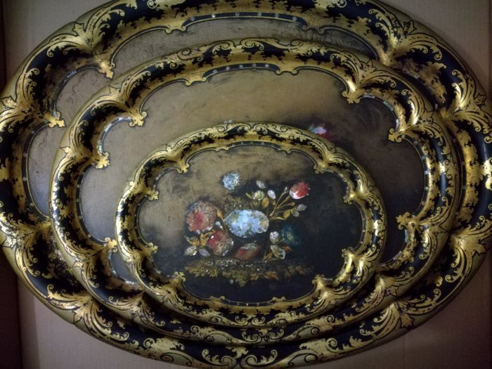 Jennens & Bettridge (1815-1864) complete set of three trays in papier-mâché, lacquered and painted by hand with floral motifs and inlaid of mother of pearl and gold. Printed tray base. Choir