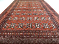 """Bouchara – 298 x 200 cm – """"Finely knotted Persian carpet in brick red, in a very beautiful condition"""""""