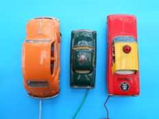 Japan - L. 18-25 cm - Lot with 3 wire-controlled tin toy cars made in Japan, 1950s-1960s.