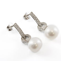 Earrings in white gold with 28 Diamonds of 0.30 ct in total and South Sea Australian Pearls of 10.95 mm