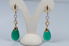 White and yellow gold earrings (18 kt) with green agate and pearls.
