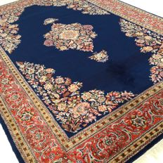 "Sarouk – 318 x 206 cm – ""Eye-catcher in royal blue – Persian carpet in magnificent condition""."
