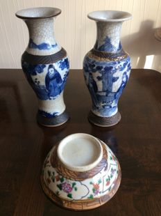 Antique vases with blue decoration and a famille verte bowl, Nanking - China - 19th century