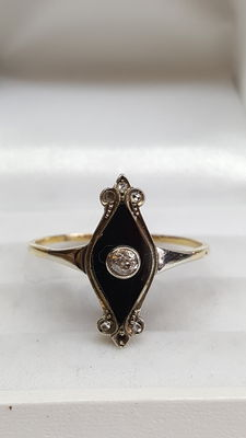 Yellow gold women's ring of 14 kt set with diamond and onyx