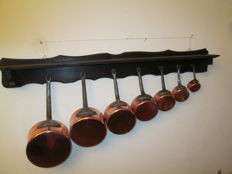 Series of 7 pans, red copper with black steel handle ++ large shelf in solid wood