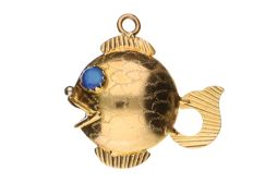 Yellow gold pendant shaped like a fish, in 18 kt and with detailed tooling - 2.8 cm