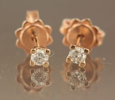 14 kt red gold solitaire ear studs, set with brilliant cut diamond, width 3.5 mm.