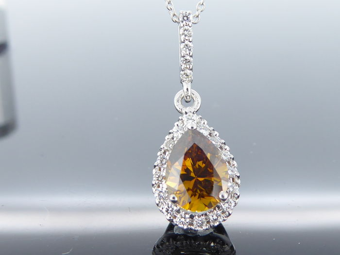 Pendant in 18 kt with natural fancy colour, pear cut diamond of 0.88 ct, with IGI certificate & 21 diamonds, 1.08 ct in total