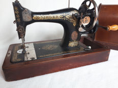 Antique Singer 28K sewing machine in wooden case from 1917