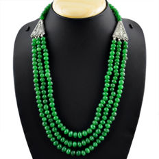 Necklace with three strands of natural emerald, 492.60 ct with silver details