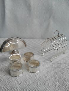 "Table set consisting of 4 napkin rings ""Made in England"", 1 fan napkin holder Made in Italy by OLRI, and a silver plated toast holder"