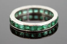 18k white gold eternity band/ring with step cut emeralds (1 ct) ca. 1920