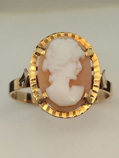 750/1000 gold ruing with cameo - Size 64.