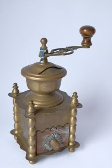 Copper coffee grinder decorated with daisies - France - around 1900