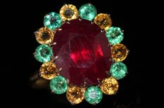 Gold entourage ring of 18 kt, set with a natural ruby, emeralds and sapphires – size 59 – No reserve