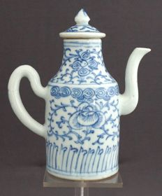 Wine jar with a classic floral decoration – China – Daoguang period (1820–1850)