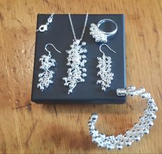 Set of necklace, bracelet, earrings and ring in 925 silver - Necklace measurements: Length:  47 cm - Pendant measurements: Length: 6 cm - Bracelet: 18 cm - Earrings: 5 cm - Ring: 2 cm