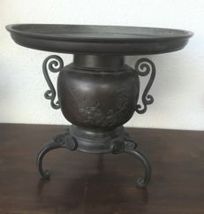 Bronze incense burner, signed with floral motifs - Japan - Meiji Period