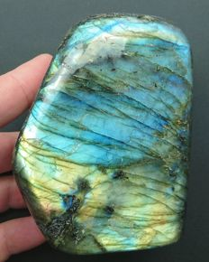 Electric blue labradorite - 103 x 80 x 52 mm - 870 gm