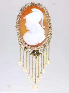 Eye-catching bicoloured gold Victorian pendant/brooch with cameo, diamonds and dangling pearls - 1880