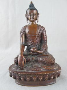 Bronze Buddha of high-quality with beautifully embellished robe – Nepal – last quarter of the 20th century