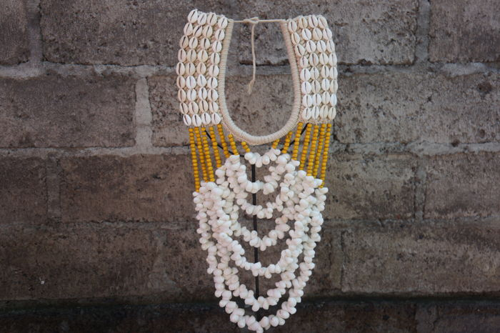 Decorative tribal necklace with shells - Indonesia - 21st century
