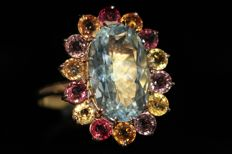 Gold entourage ring of 18 kt, set with natural aquamarine and sapphires, size 59 – No reserve