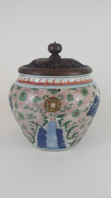 Wucai jar with carved wood lid - China -  circa 1550