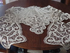 Large shawl in lace, comes from a French private collection - late 19th century
