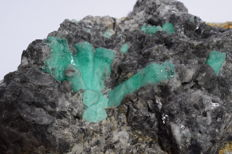 Emeralds crystals in matrix  - 190 x 106 x 46 mm - 1154 gm