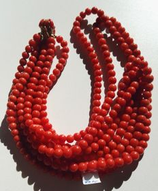 Necklace with four strands of Mediterranean coral and coral mask – Gold clasp – Late 1970s