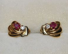 Earrings in 18 kt gold decorated with little rubies - 10 x 7 mm.