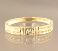 14 kt yellow gold ring set with a brilliant cut diamond. Ring size 19 (59)