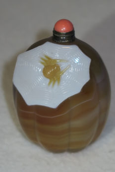 Snuff Bottle from agate with spider and net - China - 21st century