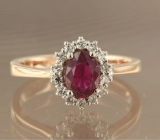 Bi-colour 14 kt white and rose gold ring with ruby and 14 diamonds of approx. 0.24 ct in total – ring size: 17.25 (54)