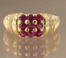 Yellow gold ring, 18 kt, set with brilliant cut ruby and diamond – ring size 17.25