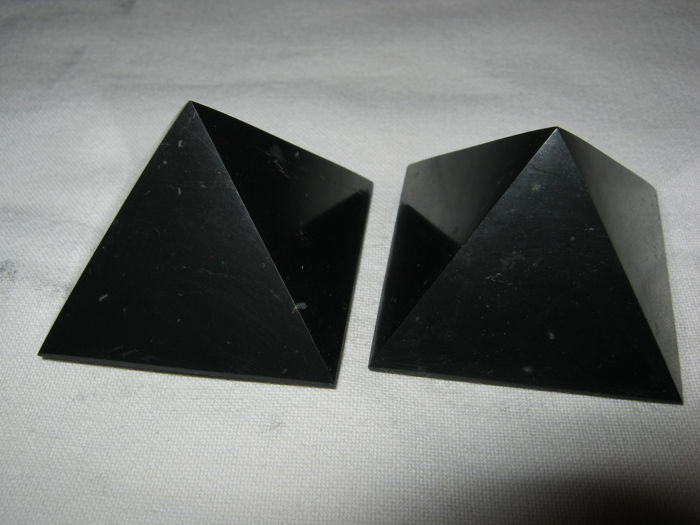 Fine pair of Shungite pyramids - 80 x 80 x 70mm - 630gm (2